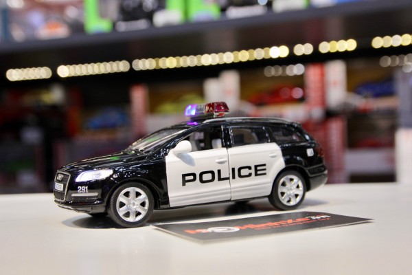 Audi Q7 Police 1:32 MSZ