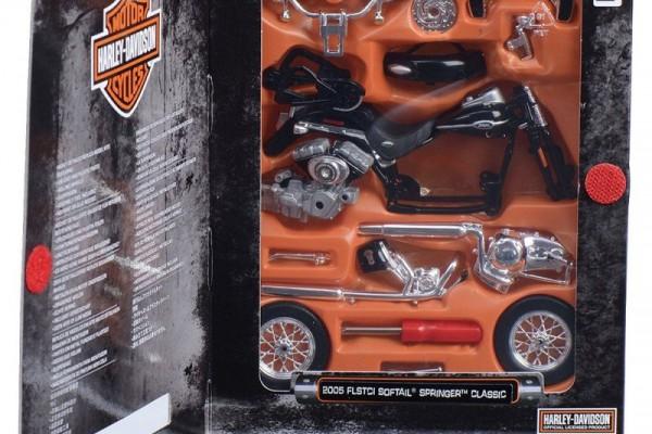 Bộ KIT Lắp ghép 2005 Harley-Davidson FLSTCI Softail Springer Classic 1:18 Maisto