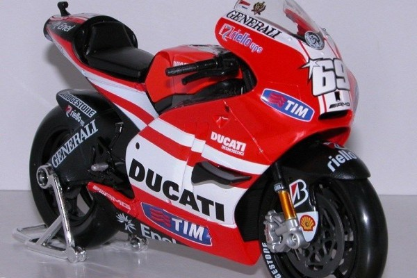 Ducati Desmosedici GP 11 No.69 1:10 Maisto