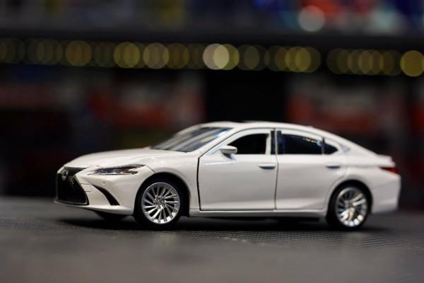 Lexus ES300H 1:32 Jackiekim