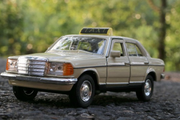 Mercedes-Benz W123 Taxi 1:36 Welly