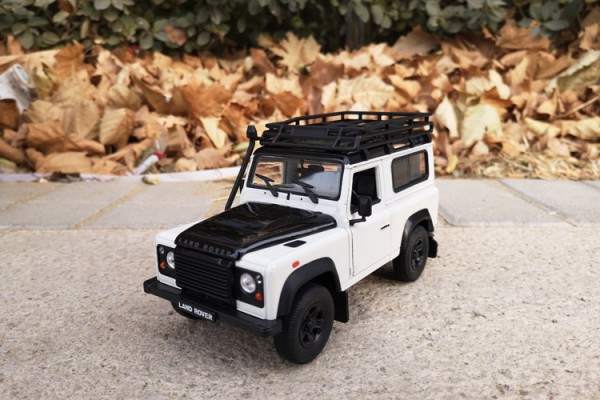 Land Rover Defender 1:24 Welly-FX